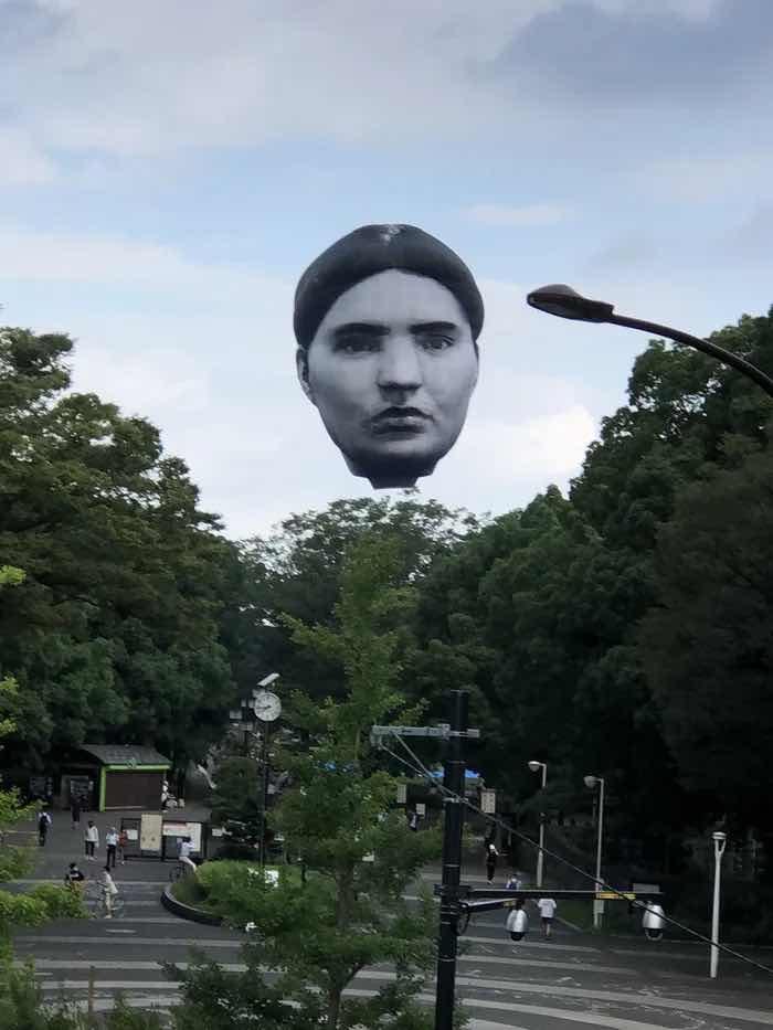Гигантска летяща глава над парк в Токио