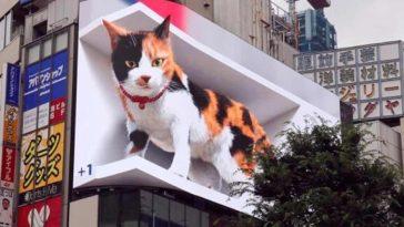 Гигантска триизмерна котка се появи пред гара в Япония
