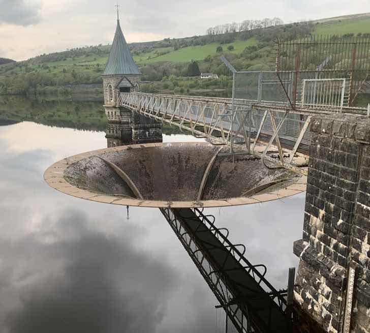 Каква е тази странна метална дупка в езерото?