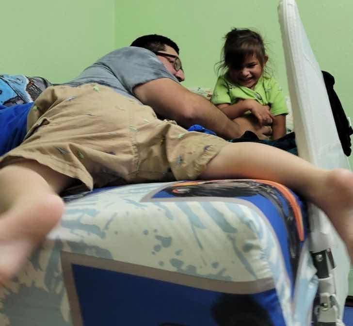 """""""Жена ми ни снима, докато племенникът ми се катереше по леглото и краката му изглеждат, все едно са моите"""""""