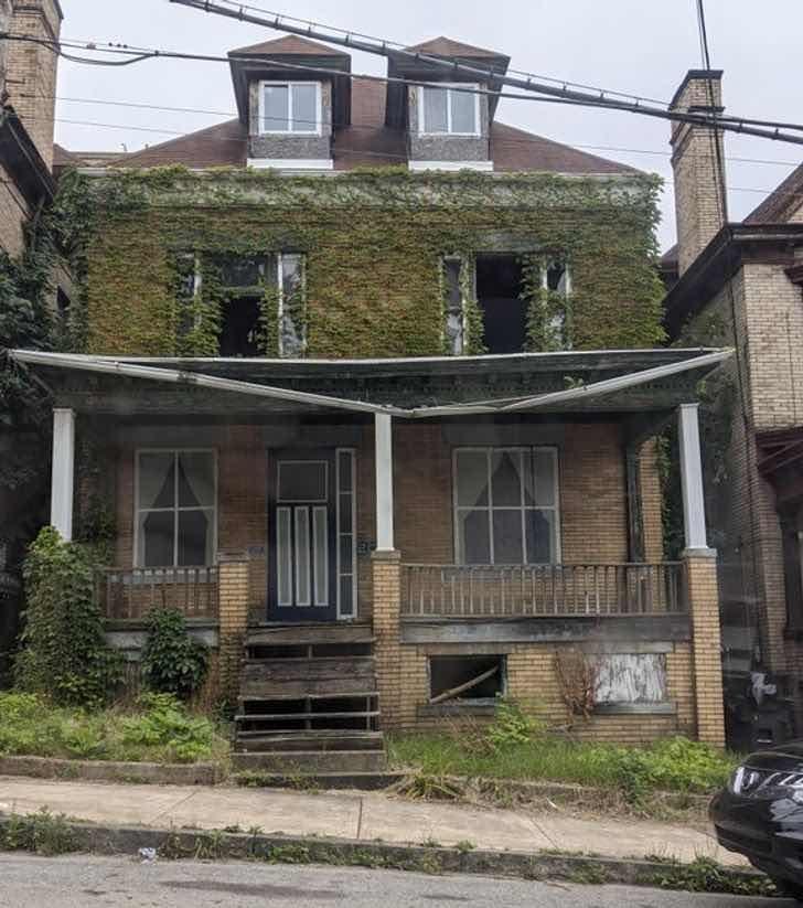 Изоставена къща в Уилкинсбърг, Пенсилвания, която природата е започнала да превзема